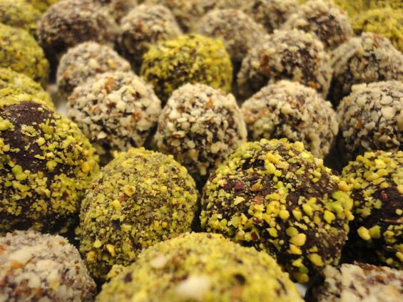 σοκολατάκια επικαλυμμένα με τρίμμα φιστικιού και αμυγδάλου