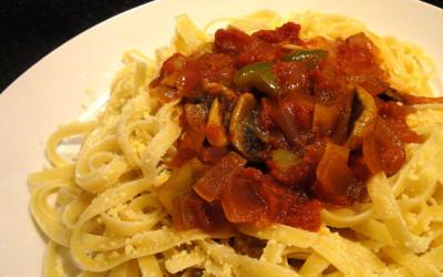 Λαζάνια με κόκκινη σάλτσα, πράσινη πιπεριά και μανιτάρια