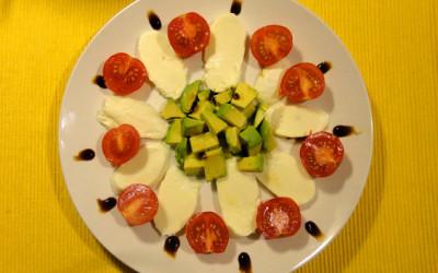 Σαλάτα με αβοκάντο και μοτσαρέλα