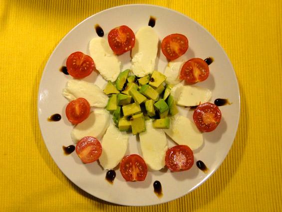 σαλάτα με μοτσαρέλα, αβοκάντο και ντοματίνια