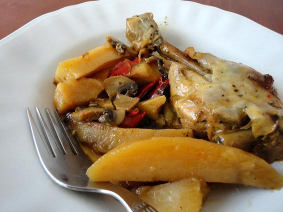 κοτόπουλο με πατάτες και γλυκόξινη σάλτσα στο πιάτο