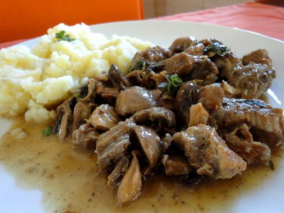 μοσχάρι με μανιτάρια σερβιρισμένο με πουρέ πατάτας