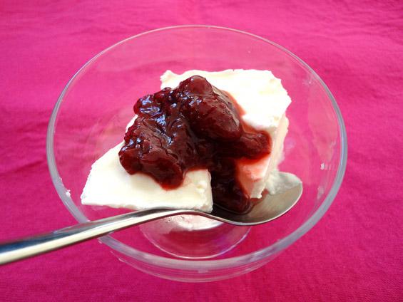 παγωμένο γιαούρτι σερβιρισμένο με μαρμελάδα φράουλα