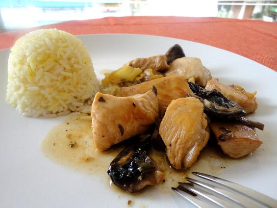 στήθος κοτόπουλο με πιπεριές κέρατο και μανιτάρια