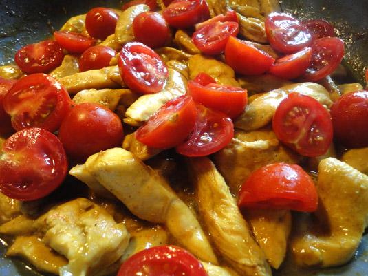 κοτόπουλο στο τηγάνι με ντοματίνια