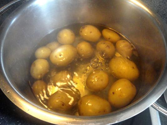 baby potatoes στην κατσαρόλα