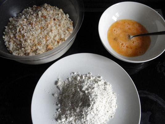 αλεύρι, τριμμένο ψωμί του τόστ και χτυπημένα αυγά