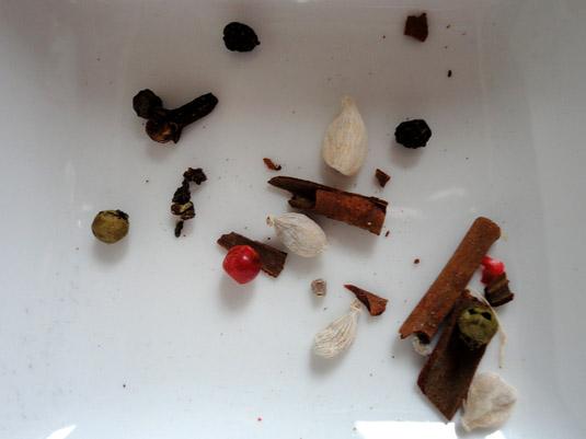 κακουλέ, πιπέρι, κανέλα και γαρίφαλο