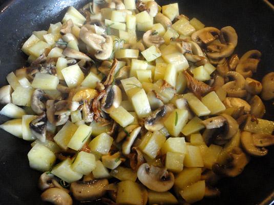 μανιτάρια λευκά, πορτσίνι, κανθαρέλες και πατάτα στο τηγάνι