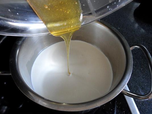 υλικά στο κατσαρολάκι και μέλι