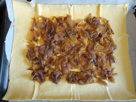 ζύμη κουρού με καραμελωμένα κρεμμύδια