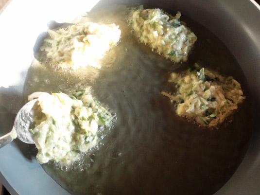 κολοκυθοκεφτέδες στο τηγάνι