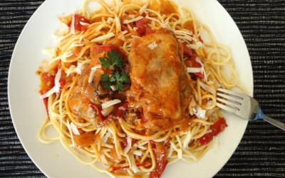 Κοκκινιστό κοτόπουλο στην κατσαρόλα με πιπεριές Φλωρίνης