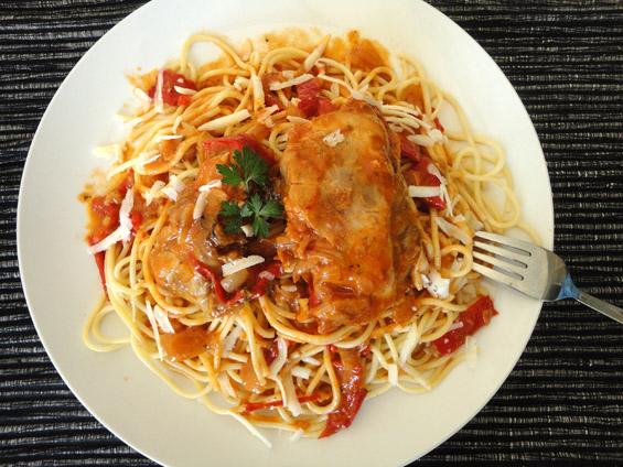 κοτόπουλο κοκκινιστό με πιπεριές Φλωρίνης