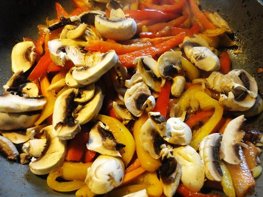 κρεμμύδι, καρότο, πιπεριές και μανιτάρια στο τηγάνι