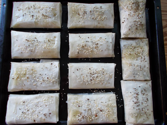 παστορμαδοπιτάκια στο ταψί