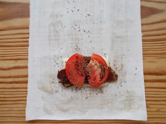φύλλο κρούστας, κασέρι, παστουρμάς, ντομάτα, ρίγανη