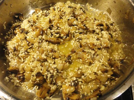 κρεμμύδι, μανιτάρια και ρύζι στην κατσαρόλα