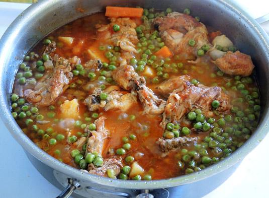 κοτόπουλο με αρακά, πατάτες και καρότα στην κατσαρόλα