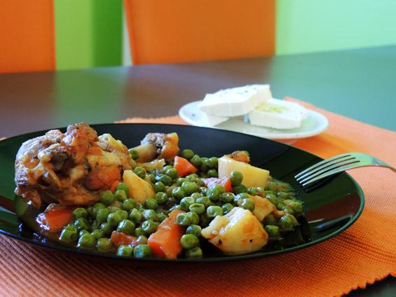 κοτόπουλο με αρακά, πατάτες και καρότα
