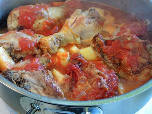 κοτόπουλο με πελτέ ντομάτας και ντομάτα κονκασέ