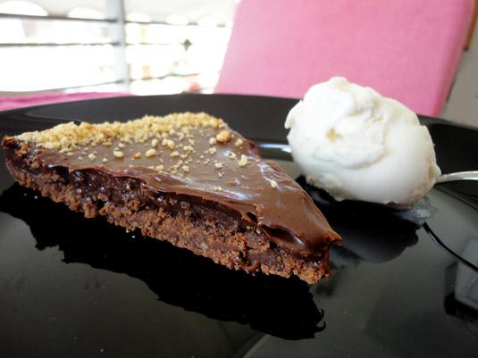 τάρτα σοκολάτα με καραμελωμένο ζαχαρούχο γάλα και τριμμένο φουντούκι
