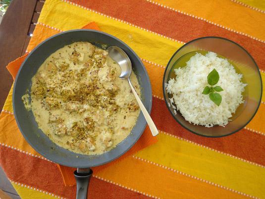 στήθος κοτόπουλο με σάλτσα γιαουρτιου, κάρυ, φιστίκια Αιγίνης και μπασμάτι
