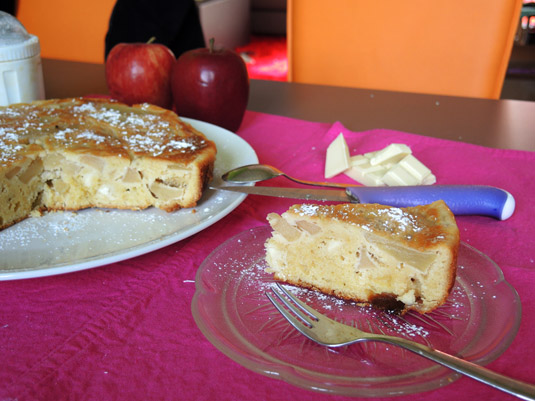 μηλόπιτα με λευκή σοκολάτα στο πιάτο