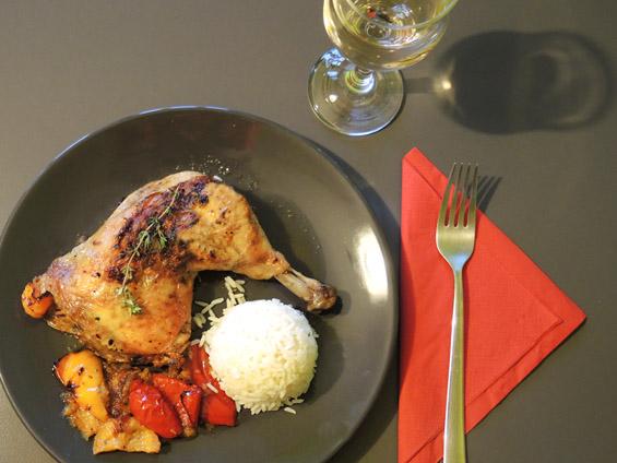 κοτόπουλο μπούτι με χρωματιστές πιπεριές και σάλτσα πίρι πίρι