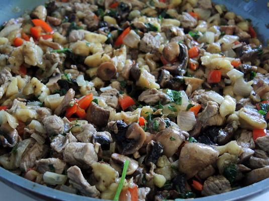 μανιτάρια, μοσχάρι, ψίχα μελιτζάνας, κρεμμύδι και πιπεριά Φλωρίνης στο τηγάνι