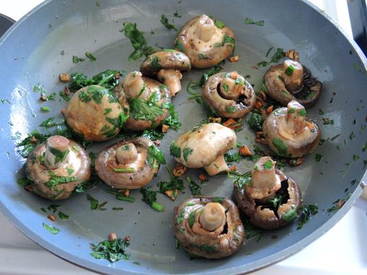 μανιτάρια στο τηγάνι με σκόρδο και μαϊντανό