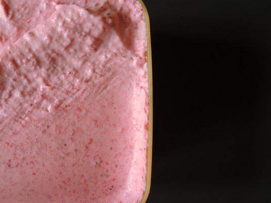 παγωτό φράουλα σε αποθηκευτικό σκεύος