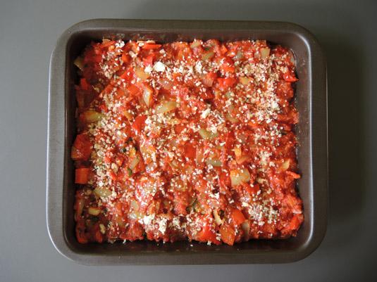 μελιτζάνες με σάλτσα ντομάατας, πιπεριές και τυριά στο ταψί