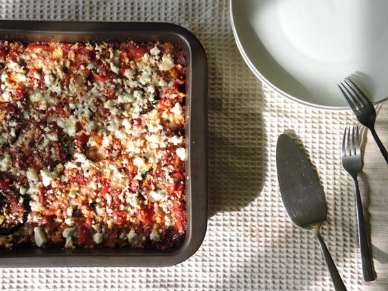 μελιτζάνες με σάλτσα ντομάτας και τυριά στο φούρνο