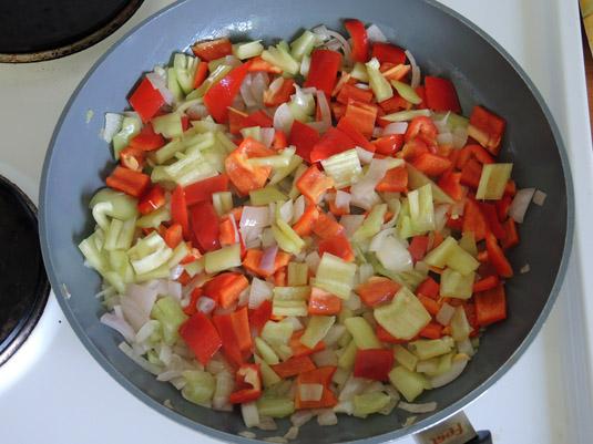 πιπεριές, κρεμμύδι και σκόρδο στο τηγάνι