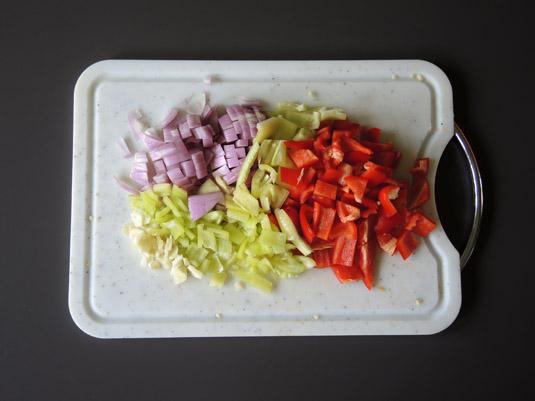 πιπεριές, κρεμμύδι και σκόρδο ψιλοκομμένα