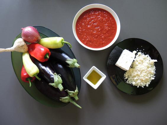 υλικά για μελιτζάνες με κόκκινη σάλτσα και τυριά στο φούρνο