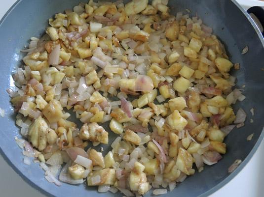κρεμμύδι και ψιλοκομμένη ψίχα μελιτζάνας στο τηγάνι