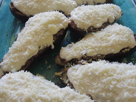μελιτζάνες παπουτσάκια με μπεσαμέλ και τυρί