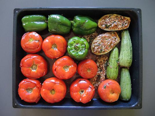 γεμιστά στο ταψί με ντομάτες, πιπεριές, κολοκυθάκια και μελιτζάνα