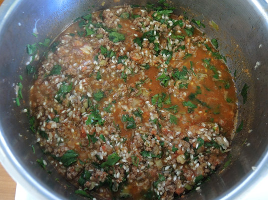 κιμάς, ντομάτα, ρύζι και μαϊντανός στην κατσαρόλα