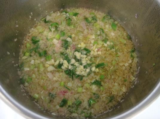 κρεμμύδι, φρέσκο κρεμμυδάκι και σκόρδο στην κατσαρόλα