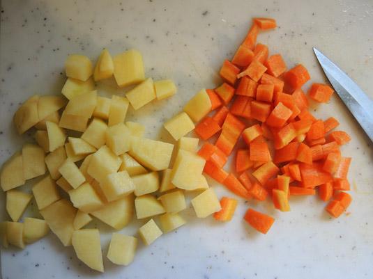 καρότο και πατάτα κομμένα σε κυβάκια