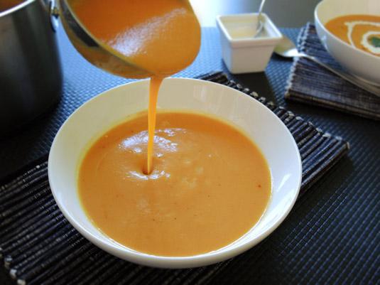 σούπα κολοκύθας βελουτέ στο πιάτο 1