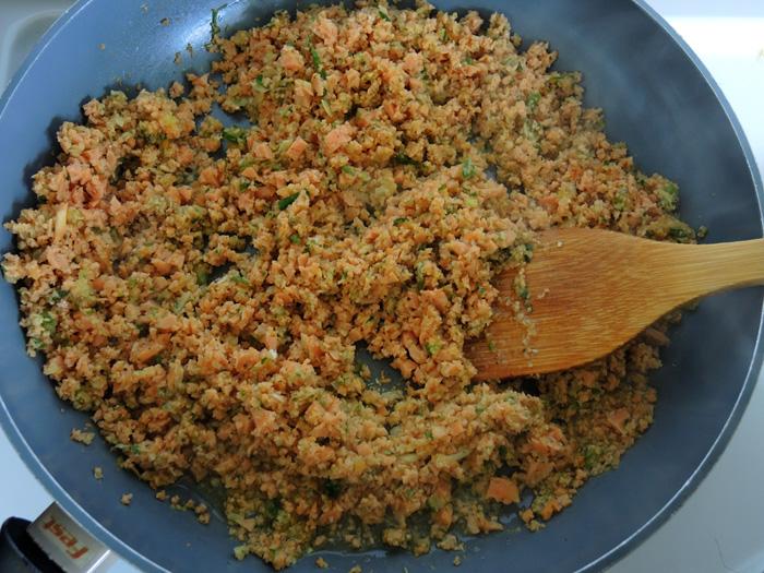 αλεσμένο λουκάνικο με καροτο και κρεμμύδι στο τηγάνι
