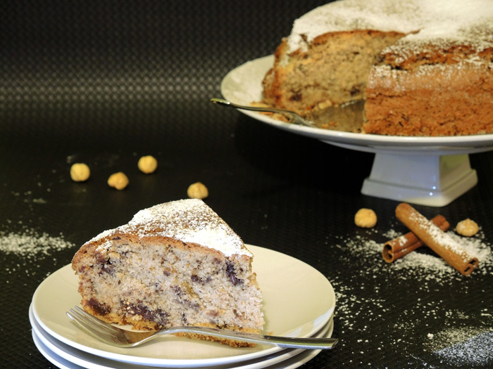 κέικ με ταχίνι και κομμάτια σοκολάτας σερβιρισμένο με άχνη ζάχαρη