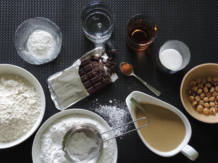υλικά για κέικ με ταχίνι και κομμάτια σοκολάτας
