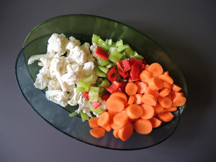 κουνουπίδι, καρότο, πιπεριές κομμένα