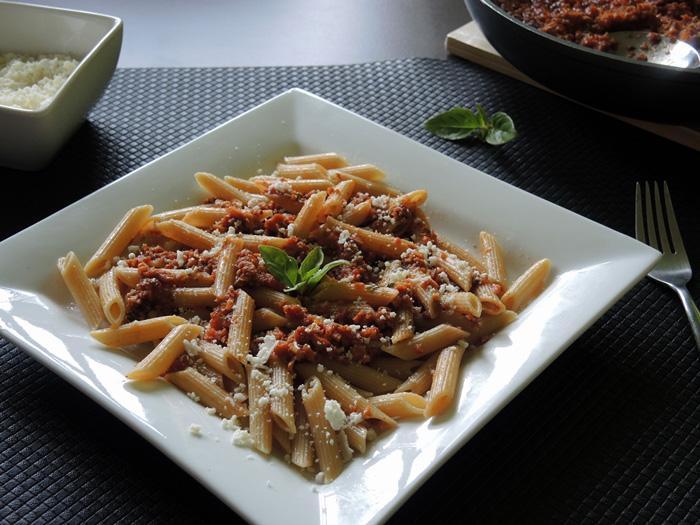 πένες με σάλτσα ντομάτας και λουκάνικα γαλοπούλας