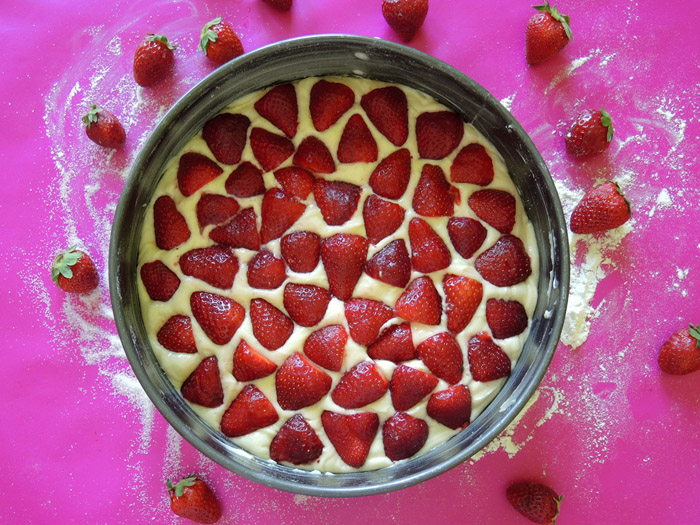 ζύμη με φράουλες στη φόρμα